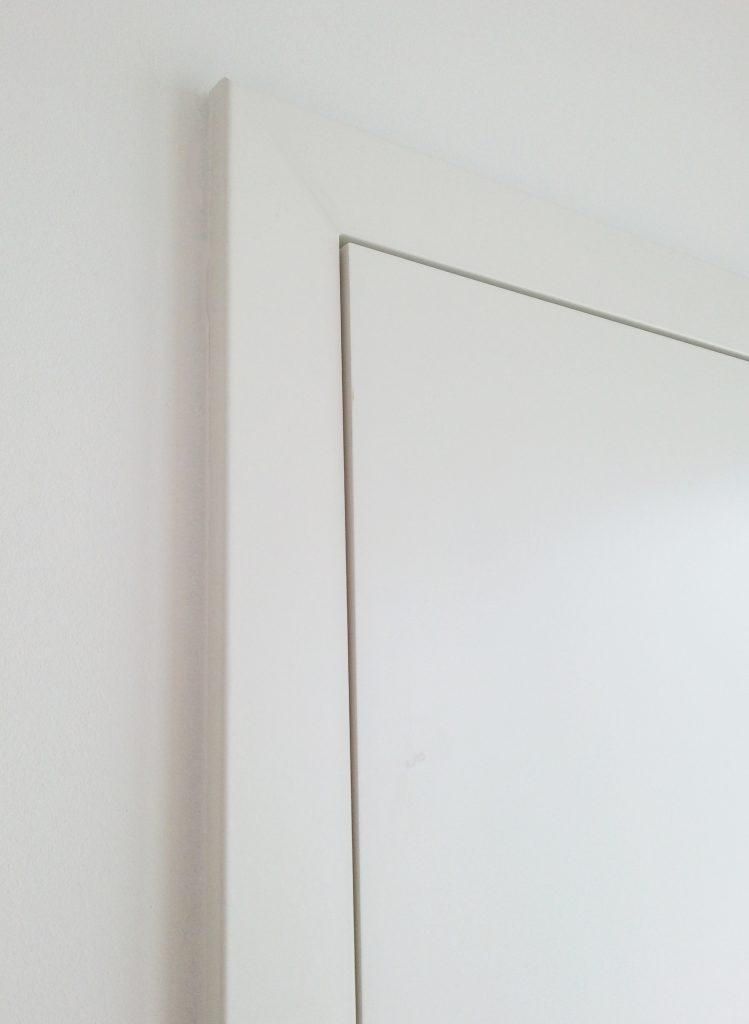 Bei einer Zimmertür mit stumpfem Anschlag bilden Tür und Rahmen eine Ebene