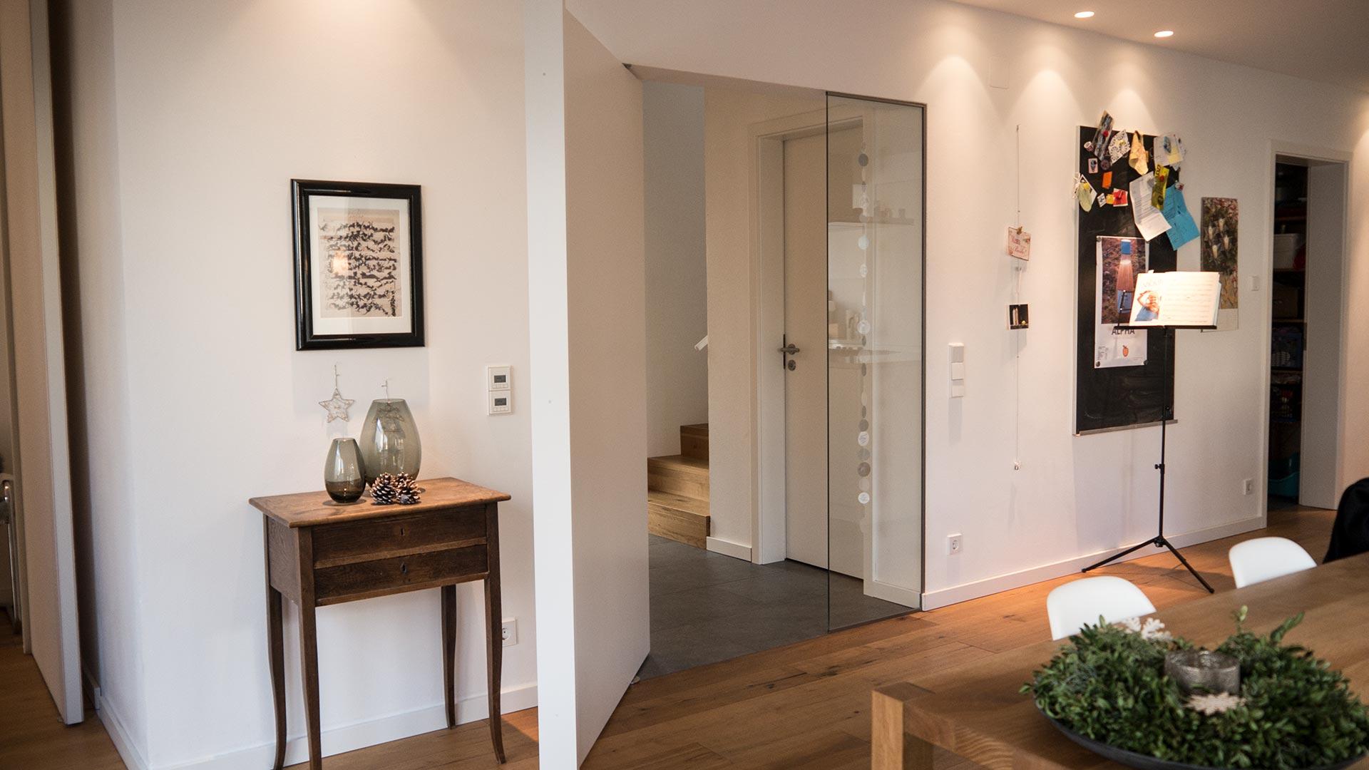 Pivot-Tür mit Griffleiste in weiß komplett geöffnet