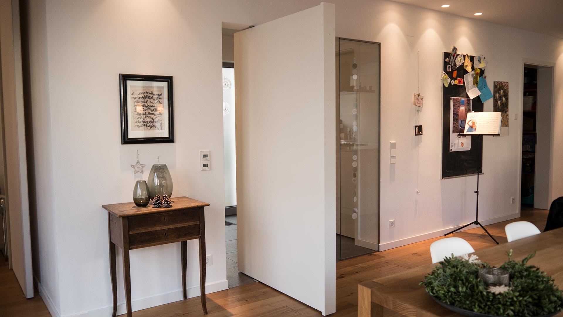 Pivot-Tür mit Griffleiste in weiß 90 Grad geöffnet