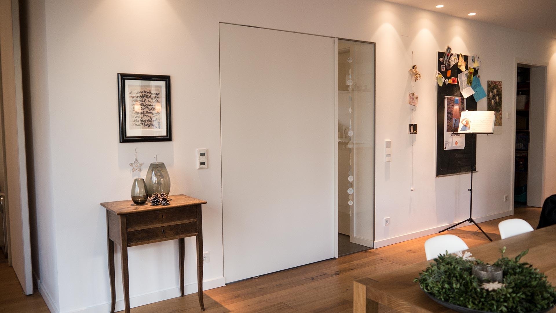 Pivot-Tür mit Griffleiste in weiß geschlossen