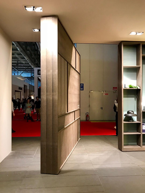 Motorisierte Drehtür und Bücherregal in einem. Ein Highlight von der Möbelmesse in Mailand 2018