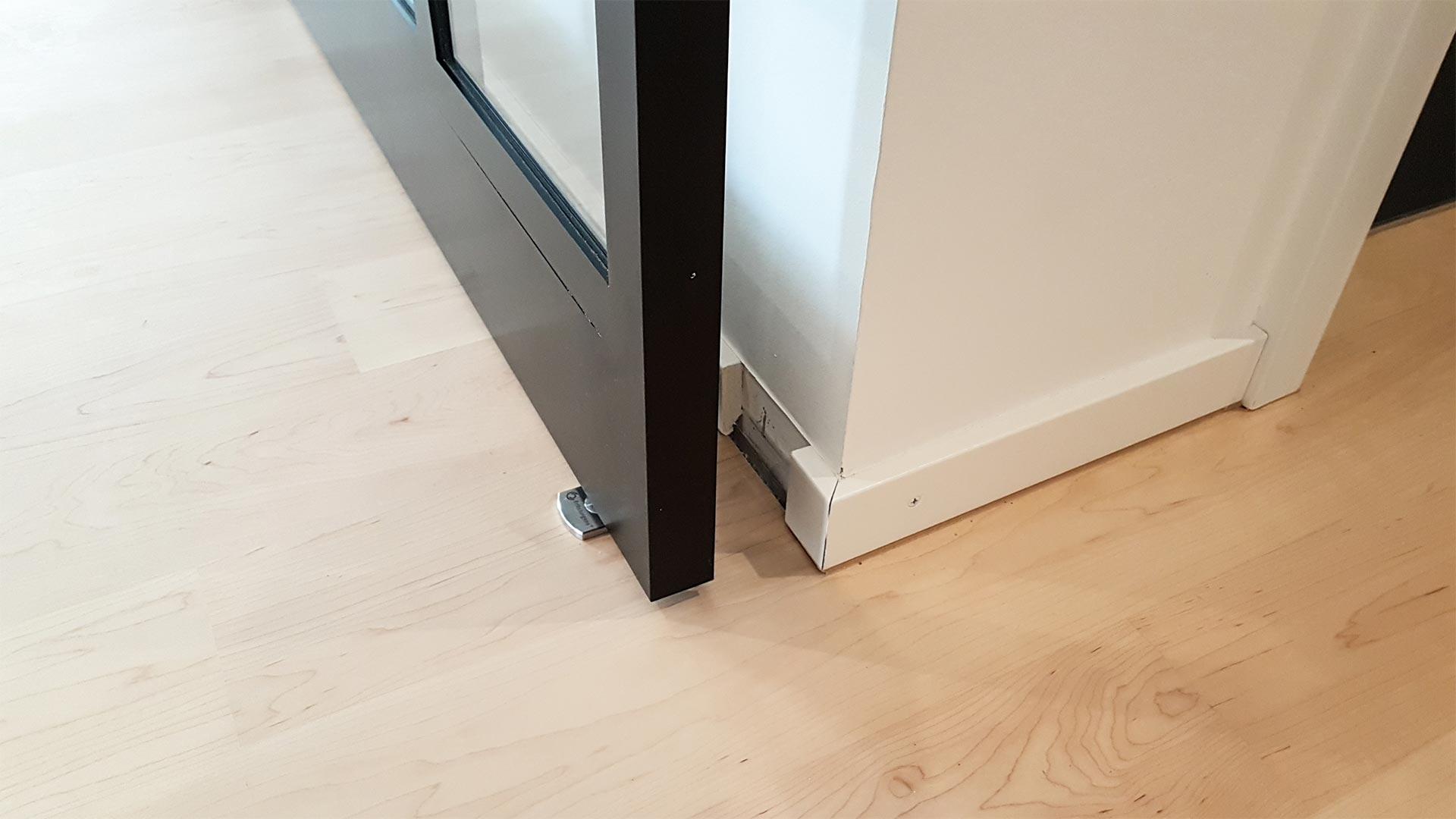 Das Türband am Boden ist sehr schlank und nur bei geöffneter Tür teilweise zu sehen.