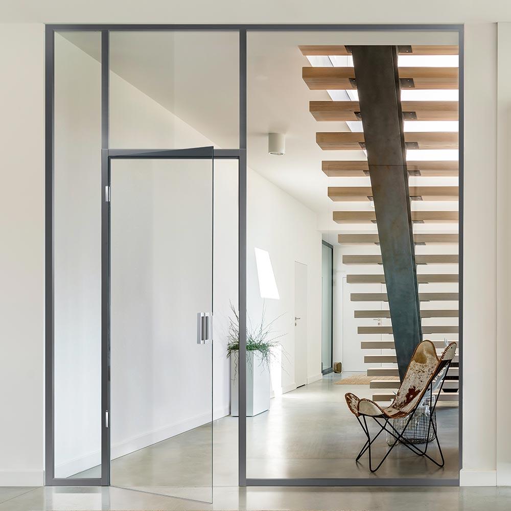 Mit TECTUS Glas von Simonswerk ist die flächenbündige Installation von Ganzglastüren endlich möglich.