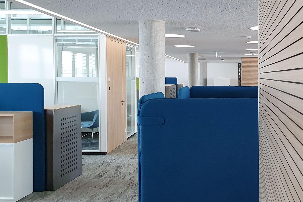 Bei der Fiducia & GAD IT AG wurde auf die Kombination von schalldichten Glastrennwänden und Innentüren aus Holz gesetzt.