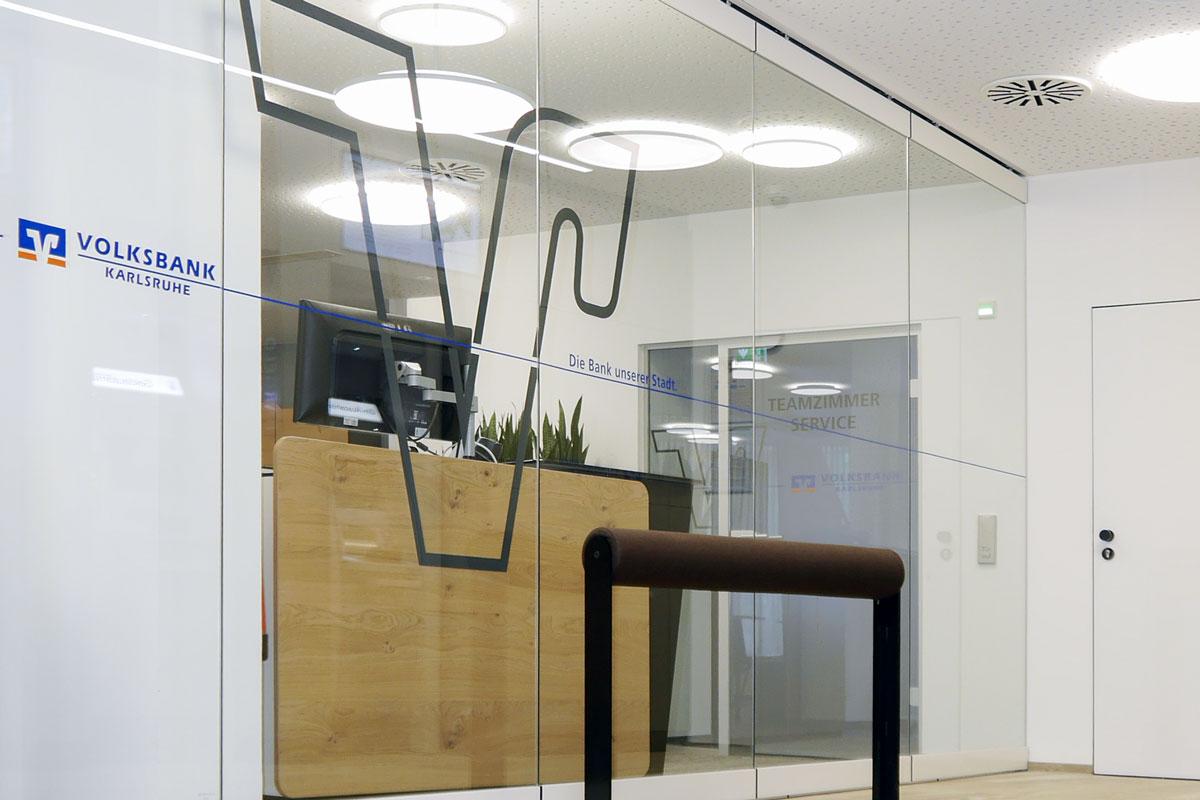 Bei den Glastrennwänden im SB-Bereich der Volksbank Regionalfiliale Karlsruhe Mühlburg kommt es auf Sicherheit an.