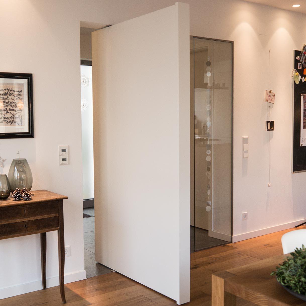 Pivot-Tür in weiß mit eigens gefertigter Griffleiste 90 Grad geöffnet